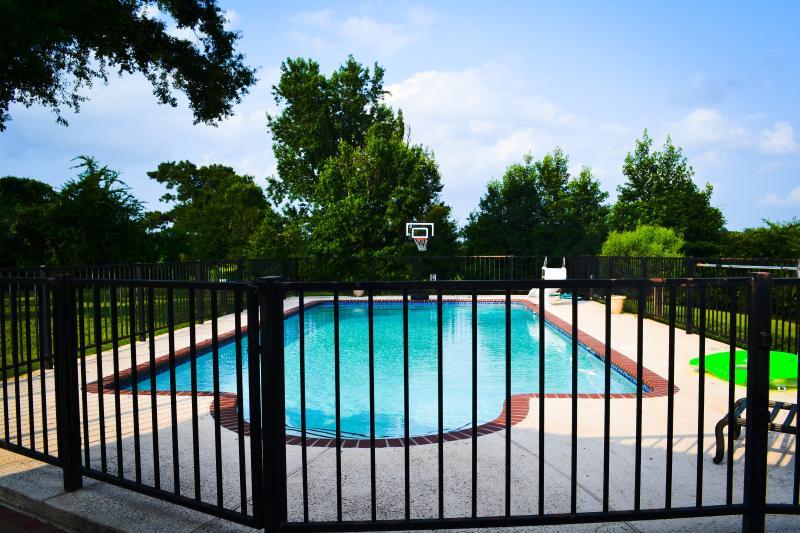 GRANDE piscina con scivolo d'acqua e la recinzione per la sicurezza del bambino