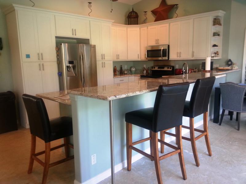Keuken met volledige grootte fornuis, compatibeler, afwasmachine en magnetron