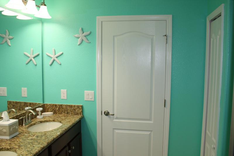 Océan à l'étage salle de bains avec douche et double vasque.