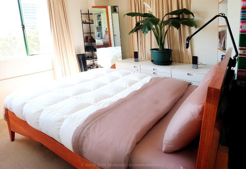 Dormitorio principal con cama Queen, sábanas limpias y toallas