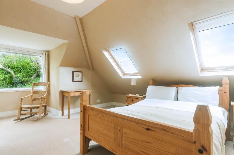 Segunda planta dormitorio doble con vistas al mar y jardín y cuarto de baño