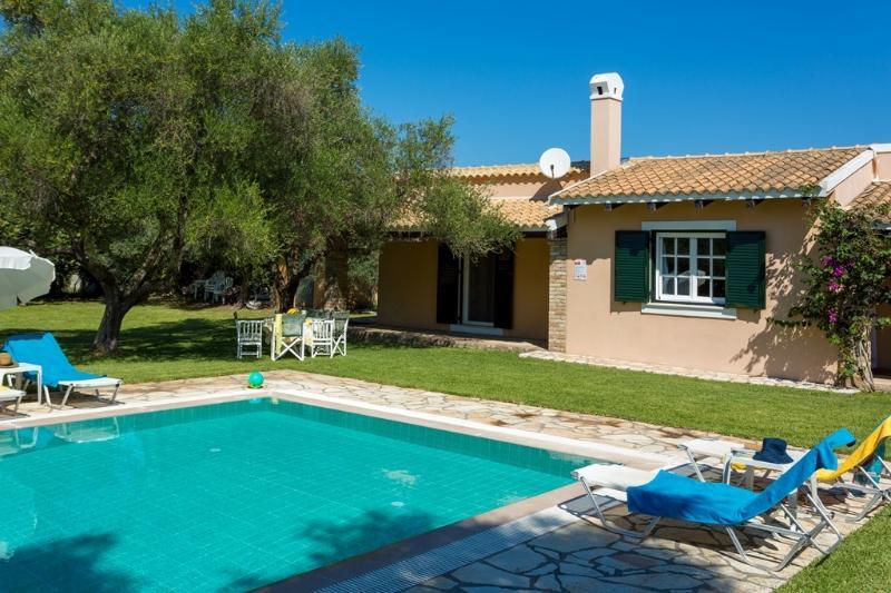Villa Victoria - 2 bedrooms with private pool, vacation rental in Astrakeri