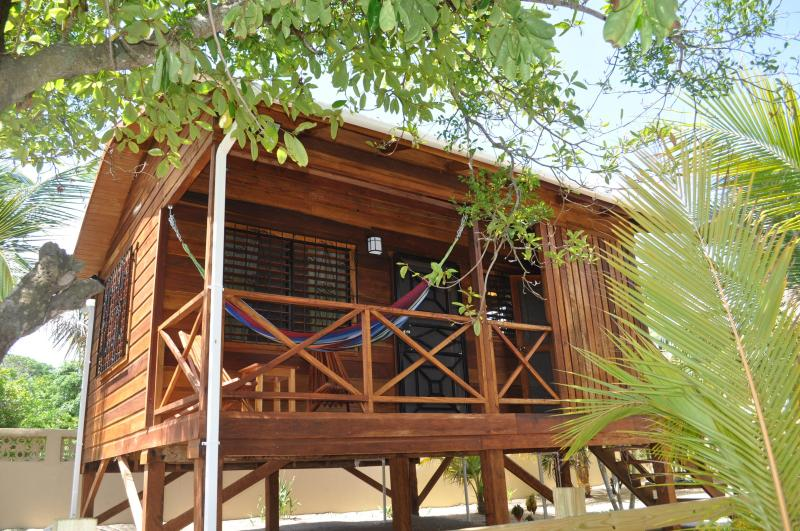 Baby Blue Cabana on Beachfront Lot with Sea View, vakantiewoning in Hopkins