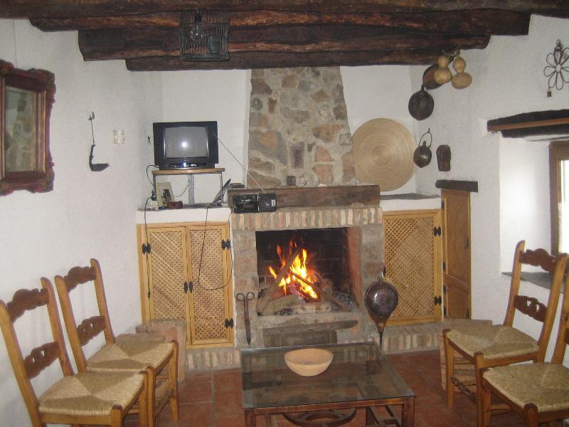 chimenea calentita y donde se puede hacer una parrillada  para la cena