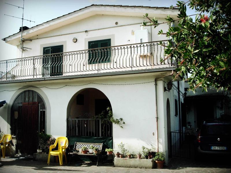 Appartamento in villetta bifamiliare, location de vacances à Pavona