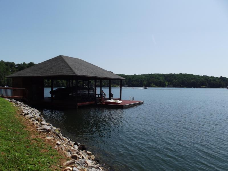 Muelle, cubierto sala de estar, Mesas, Swing, flotador, barco de paleta, kayaks para su uso.