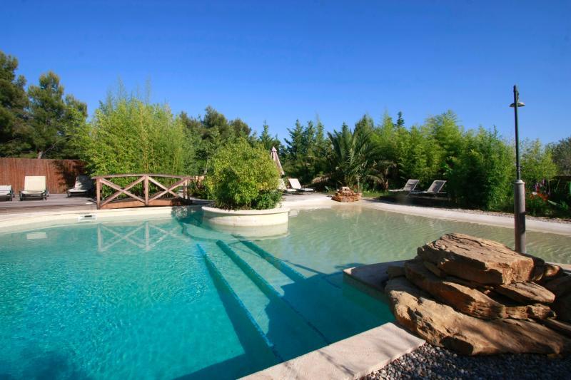 Hermosa piscina baño y lavabo pequeño para la mayor felicidad de los más pequeños...