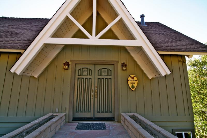 Covered entrance to West Shore Lodge