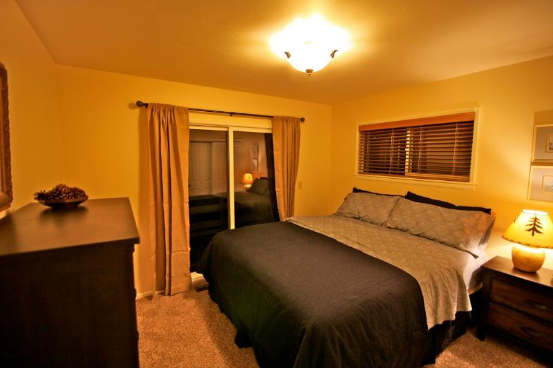 Guest room with king size bed