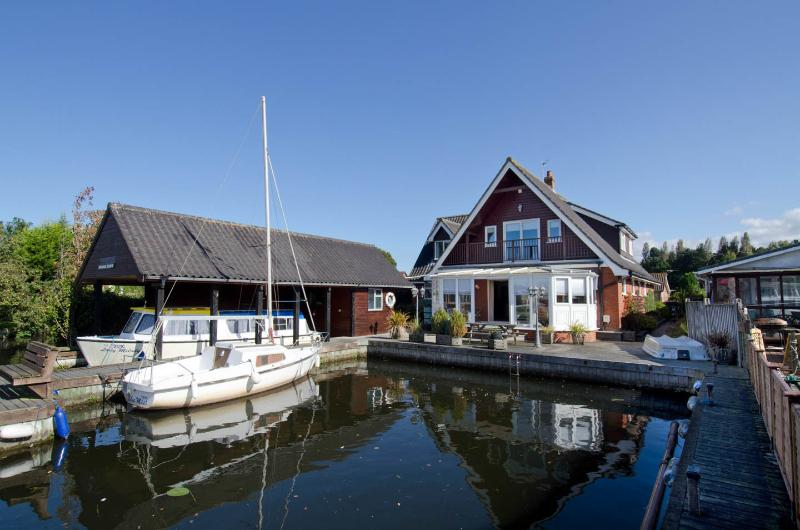 Waterside Retreat Norfolk Broads riverside cottage, location de vacances à Salhouse