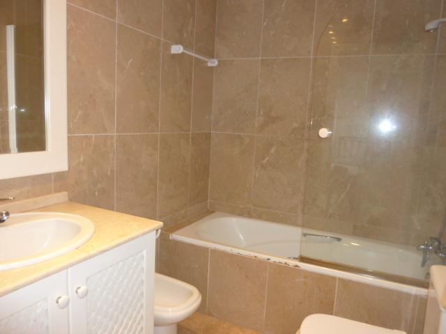 apartamento , bonito baño en marmol