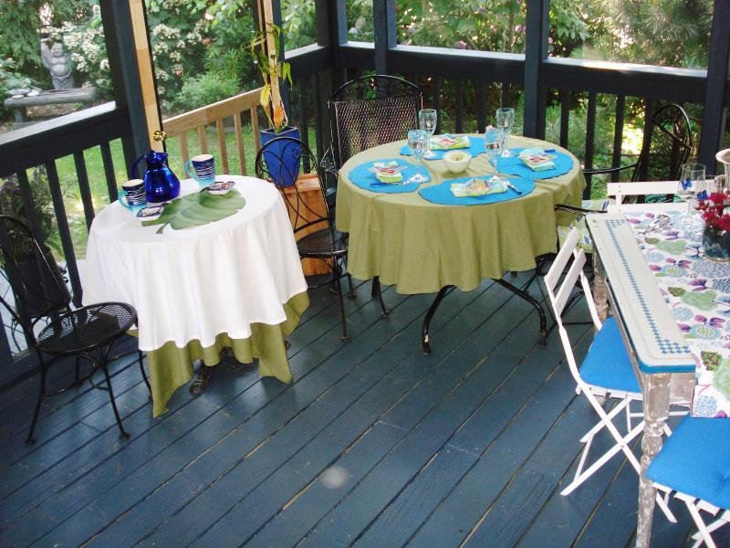 Screened Porch can seat 10! Seasonal linens avail. Gas grill, Adirondack chairs, outdoor deck.