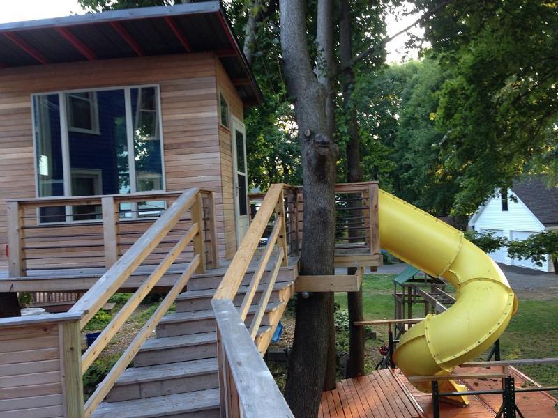 Costume-construído casa na árvore