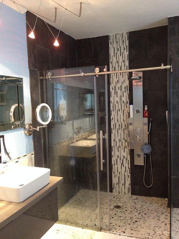 Casa de banho com chuveiros de chuva dual com jatos