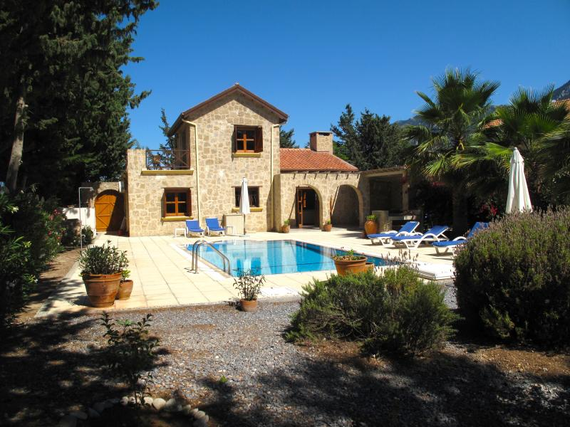 Hulya House with huge private garden and 8 x 4 overflow swimming pool