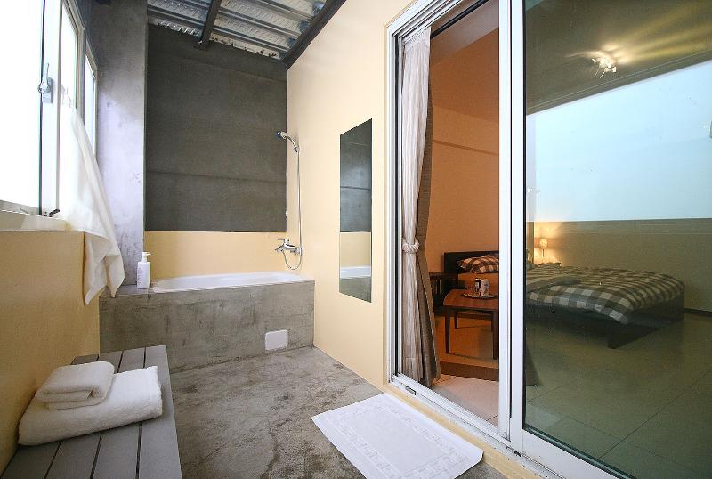 En-suite Double Bedroom 30secs to MRT, Kaohsiung, vacation rental in Lingya