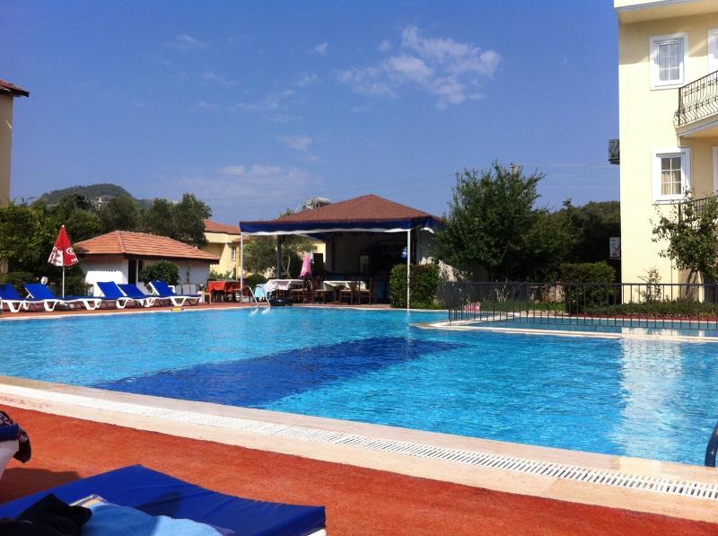 Zona comunitaria de piscina y bar