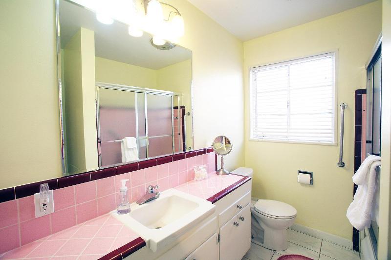 Bright mid-century modern full bathroom