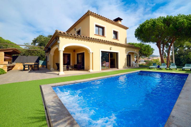 casa Judibar con piscina y jacuzzi , barbacoa a 3 km. de la playa, holiday rental in Calonge