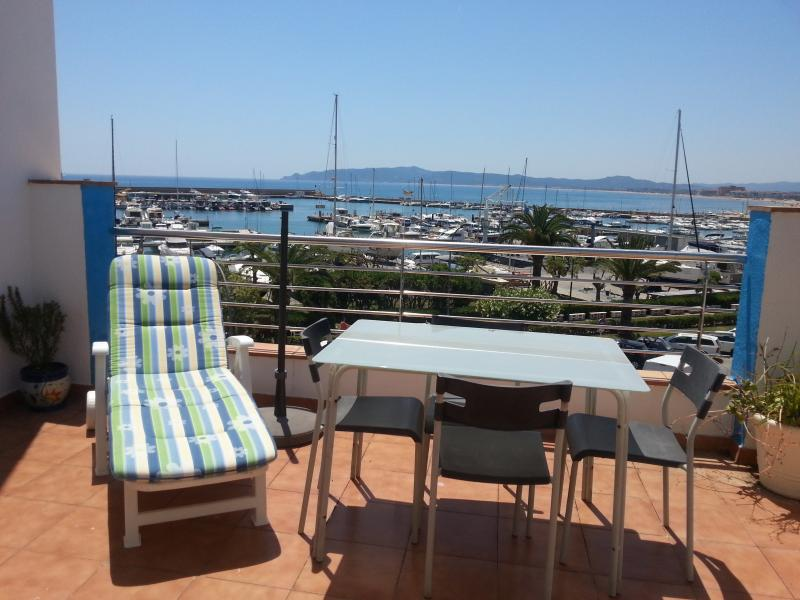 Apartamento con amplia terraza muy bien situado, magníficas vistas, aluguéis de temporada em L'Estartit