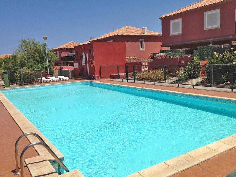Refrescarse y relajarse en la piscina. Acceso directo a la piscina desde el jardín privado.