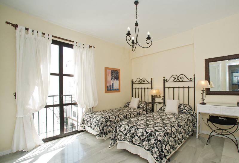 Quarto de hóspedes com duas camas, roupeiros, cortinas black out, secador de cabelo e Juliette Varanda.