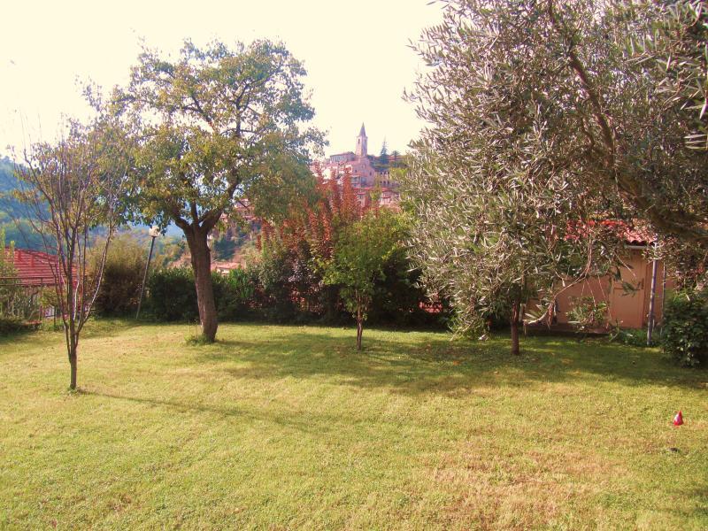 giardino privato con alberi da frutto