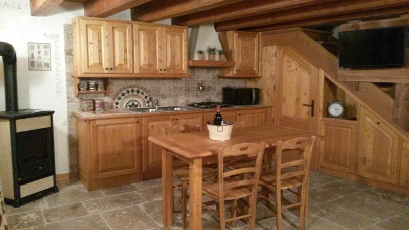 Cucina in legno ,comoda e spaziosa
