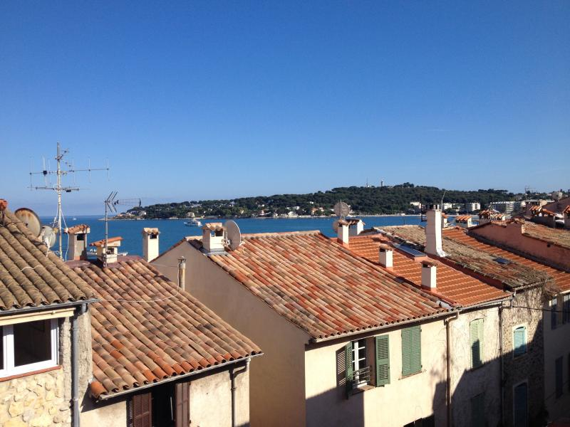 Ocean view on terrace,  beach nearby,  3 bedDuplex 2 floors incl. twin beds, location de vacances à Antibes