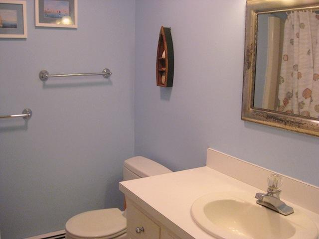 Entréplan badrum med badkar / dusch - 200 Indian Hill Road Chatham Cape Cod New England Semesterbostäder