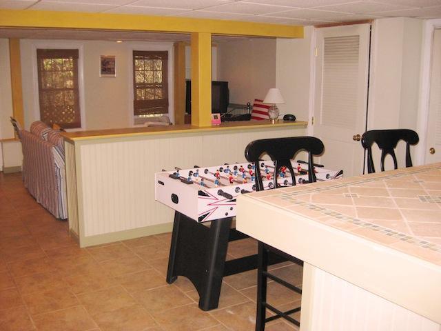 Lägre nivå med sittgrupp, TV och Fooseball bord - 200 Indian Hill Road Chatham Cape Cod New England Semesterbostäder