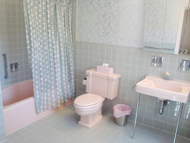 Bathroom #2 en suite with tub and shower - Waterfront North Chatham Cape Cod New England Vacation Rentals