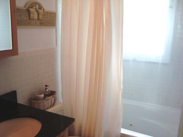 Badrum med badkar och dusch - 567 Main Street Unit 2 Harwich Port Cape Cod New England Semesterbostäder