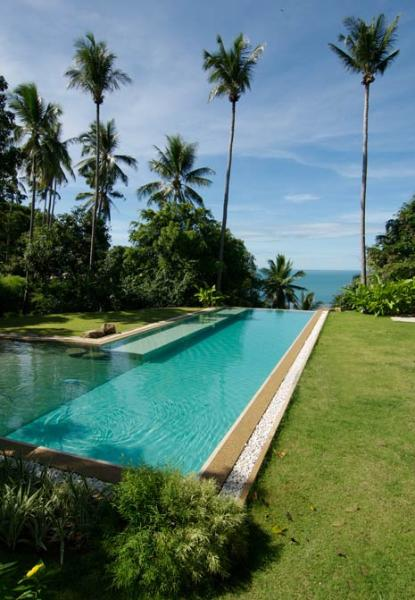 Los huéspedes de la villa pueden disfrutar el uso de una gran piscina compartida como casa club