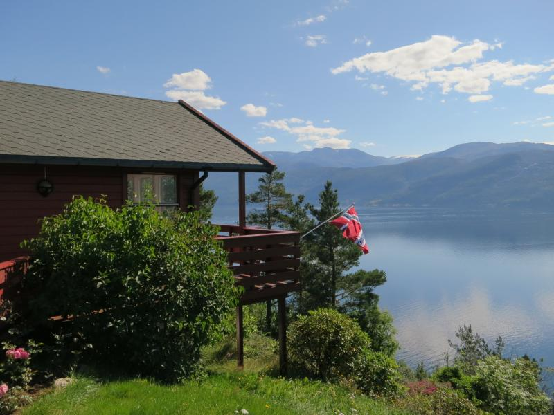 Bungalow with a stunning fjord view, alquiler vacacional en Strandebarm
