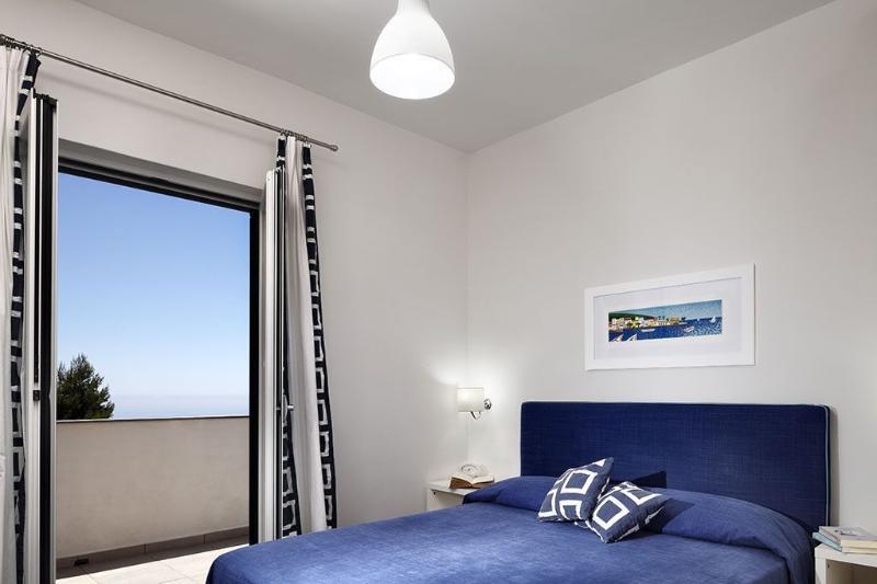 La habitación doble es simplemente y con gusto amueblada, con cama doble y armario