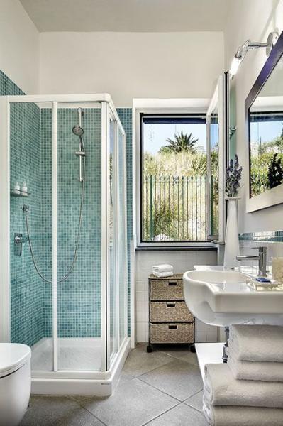 El baño está situado al lado del corredor y es moderno y luminoso