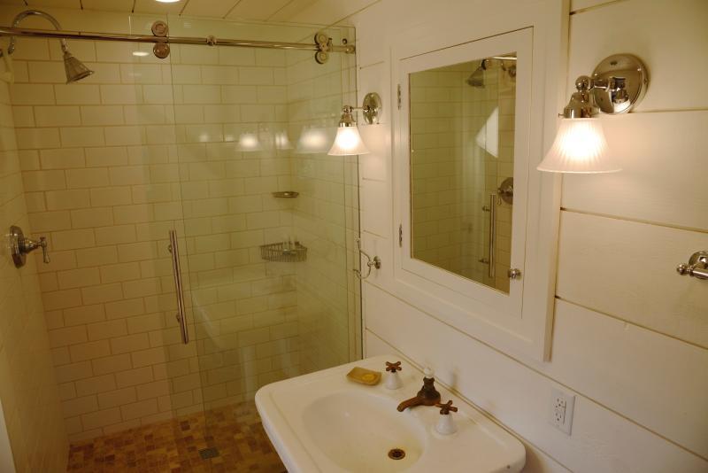 Salle de bain avec douche.