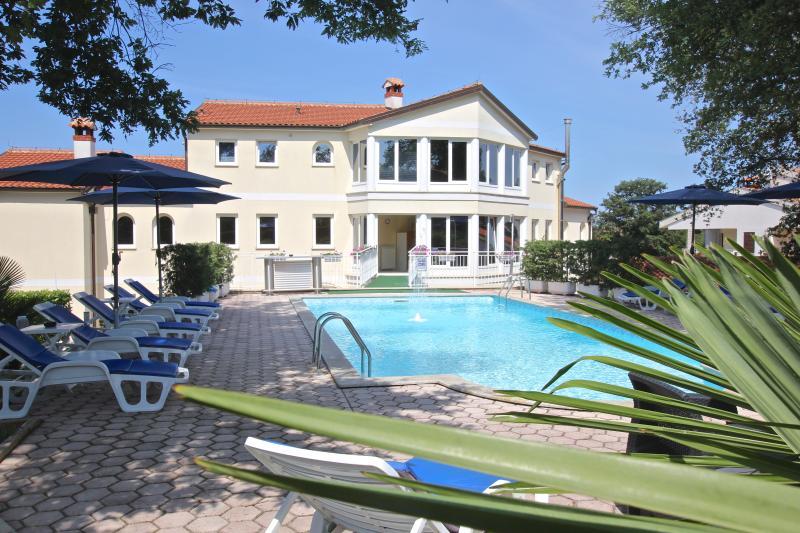 Gästehaus 'Villa Mala' Übernachtung mit reichhaltigem Frühstücksbüffet, location de vacances à Nova Vas