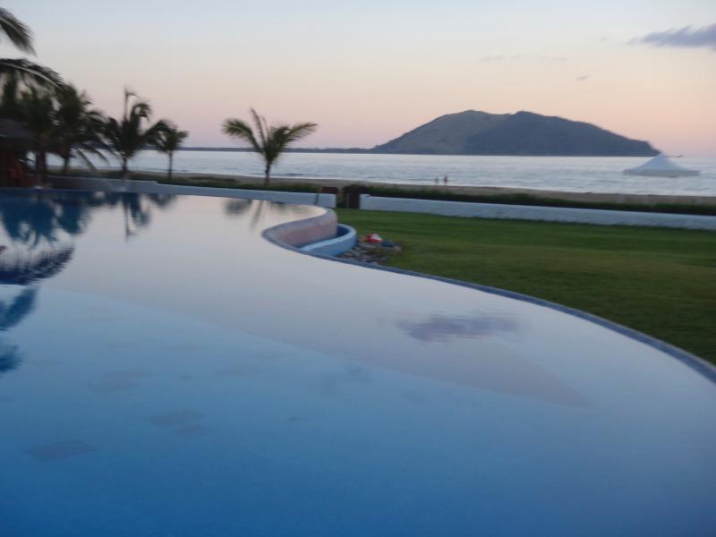 Beachfront Villa,  Zihuatanejo, Unlimited WIFI, holiday rental in Zihuatanejo