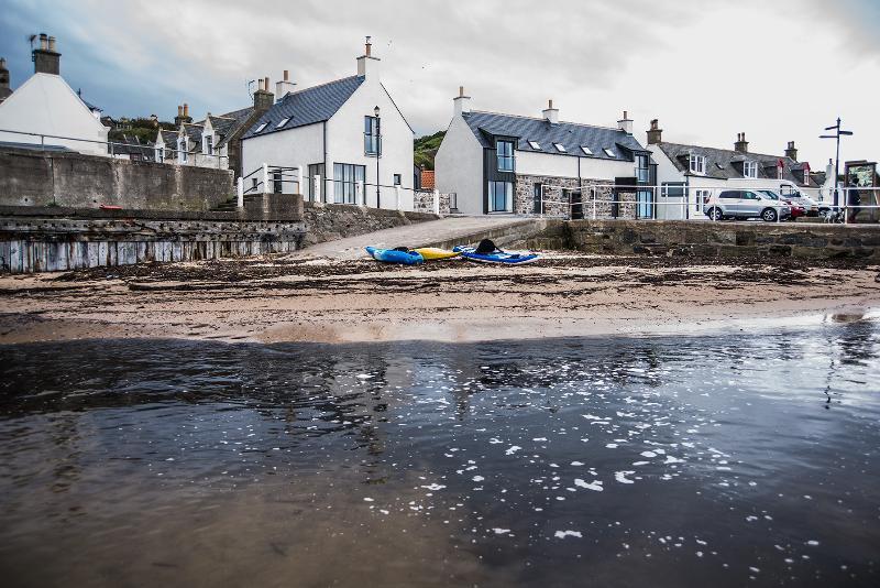 Vista de la casa desde el puerto. Una zona de arena seguro para los niños.