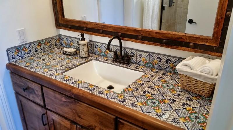 Main peint carreaux dans chaque salle de bain