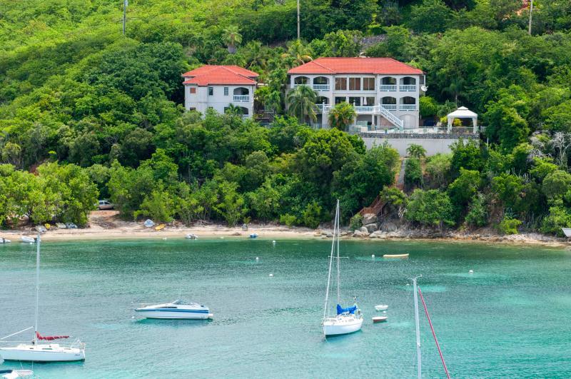 Vista de la villa al otro lado de la bahía foto tomada 9/2014