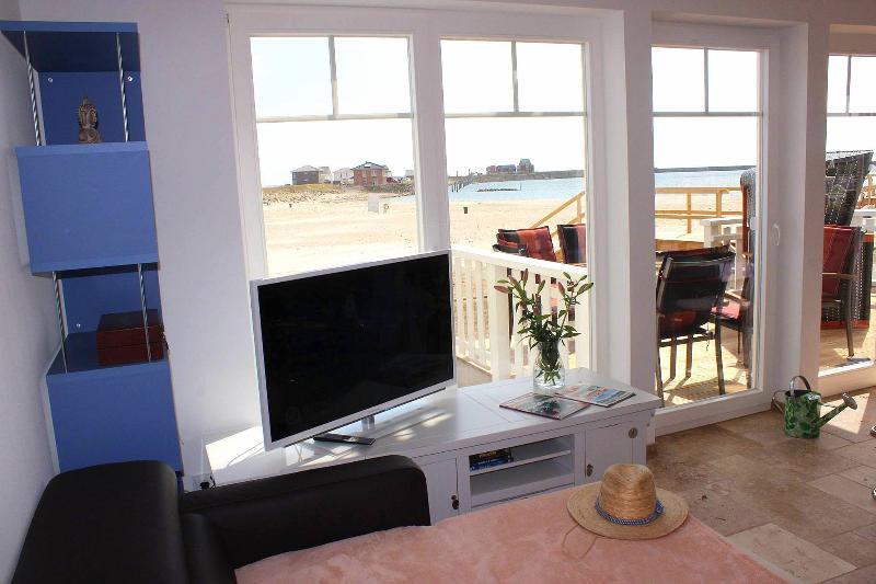 Wohnzimmer im EG: Blick zum Strand von der ausgeklappten Couch