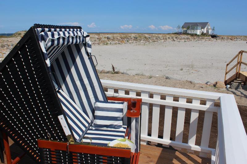 Strandkorb auf der Terrasse (kann auch auf den Strand oder die Liegewiese gestellt werden)
