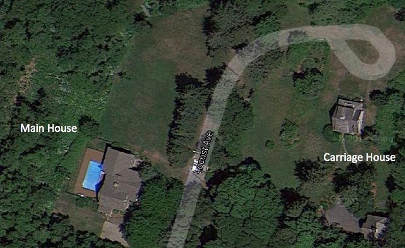 La casa principal está a unos 250 pies de la cochera