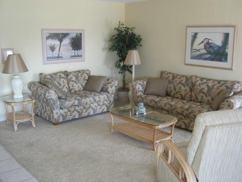 Gemütliches Wohnzimmer mit ausziehbarer Couch