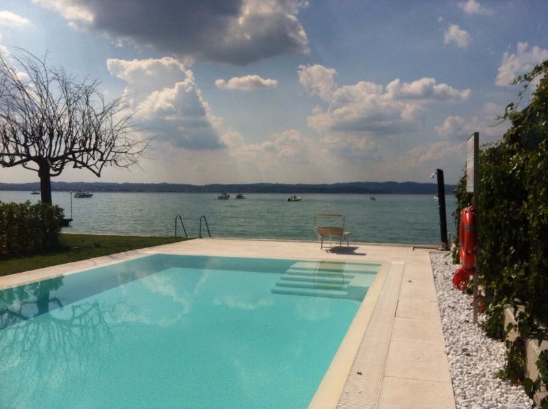 prachtig zwembad met idro, front lake