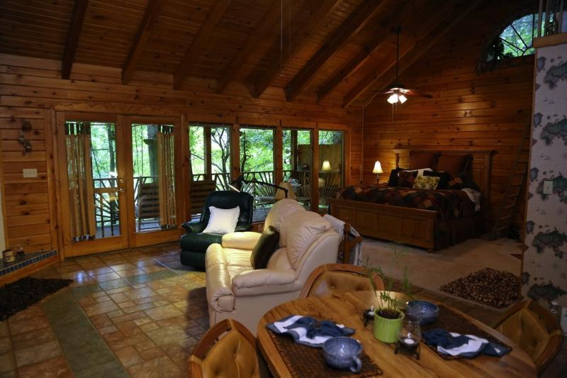Stay in the clean, fresh, open air of the Smokies! Awesome location at 'Refuge'!, vacation rental in Townsend