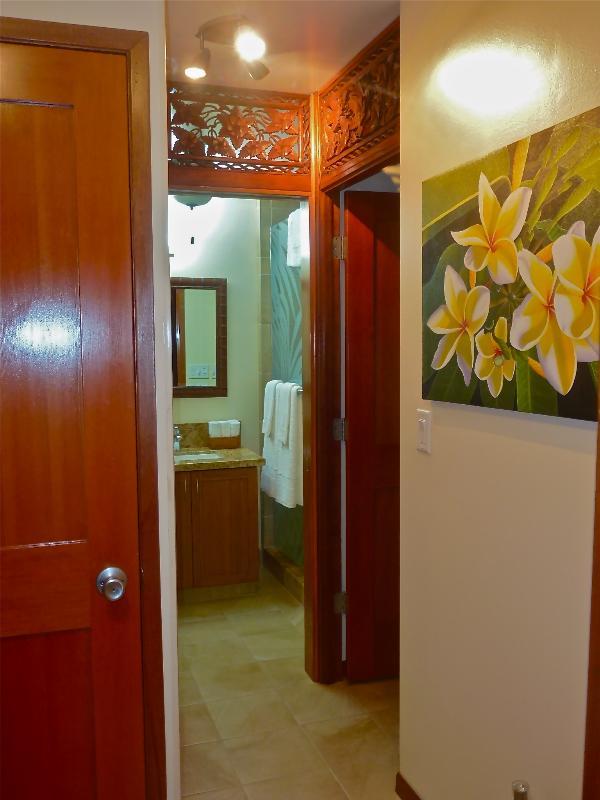Área de vestíbulo y servicio de lavandería con tallas del travesaño de Bali